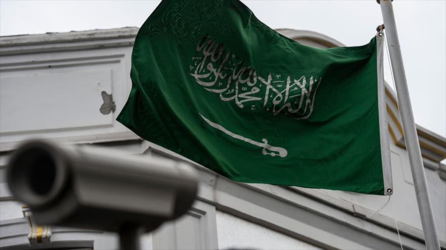 La bandera de Arabia Saudí ondea cerca de una cámara de seguridad en la parte superior del consulado saudí en Estambul (Turquía), 13 de octubre de 2018. (Foto: AFP)