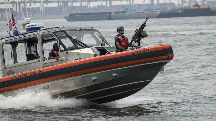 Una embarcación de la Guardia Costera de Estados Unidos en el puerto de Nueva York, 27 de agosto de 2018. (Foto: AFP)