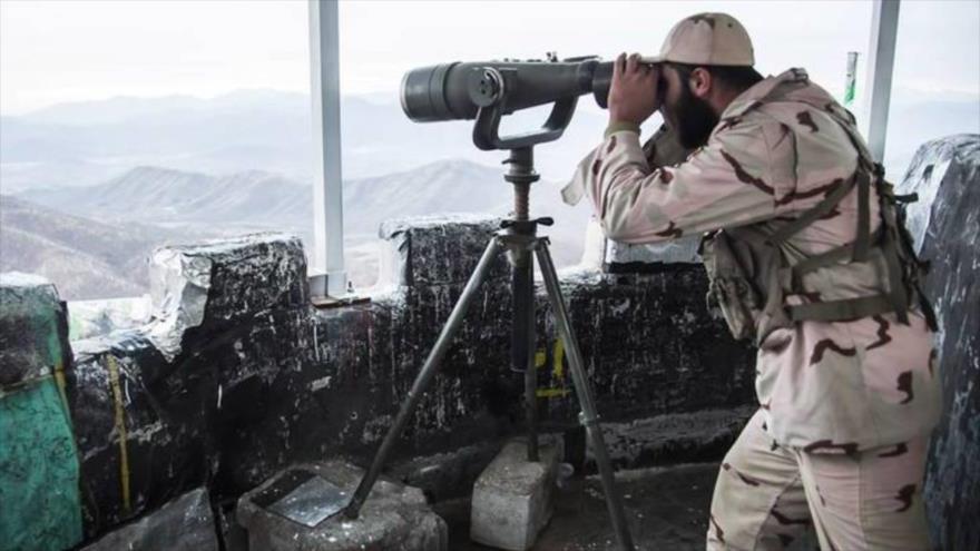 Miembro de la Fuerza de Resistencia Popular de Irán (Basich) en un puesto fronterizo en Miryaveh, en provincia suroriental de Sistán y Baluchistán.