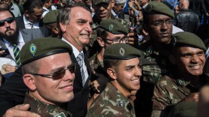 Bolsonaro dice que capitanes del Ejército van a mandar en Brasil