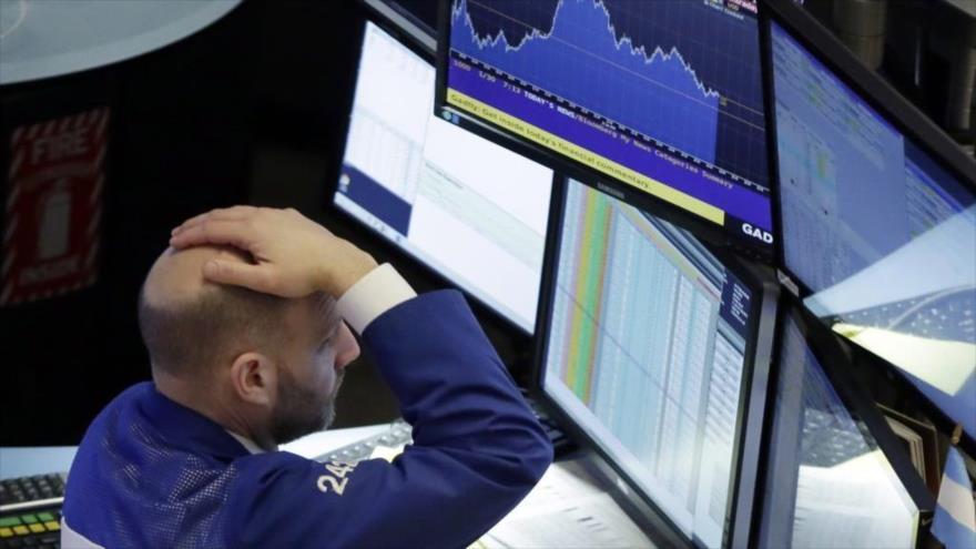 Empleado reacciona a la caída de las bolsas en EE.UU.
