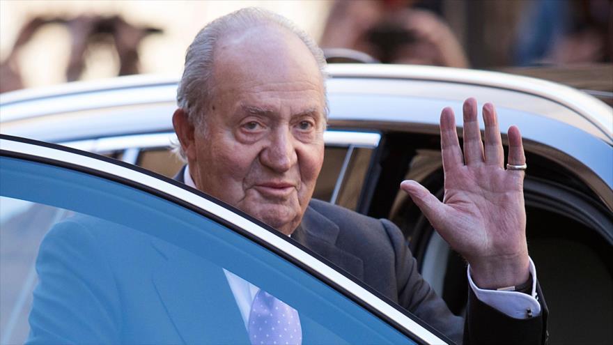 El rey Juan Carlos I saluda a la gente en Palma, capital de la isla de Mallorca, 1 de abril de 2018. (Foto: AFP)