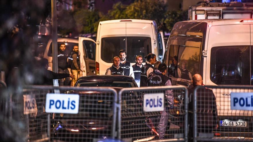 Policías turcos investigan el supuesto asesinato del periodista Yamal Jashoggi en el consulado saudí en Estambul, 15 de octubre de 2018. (Foto: AFP)