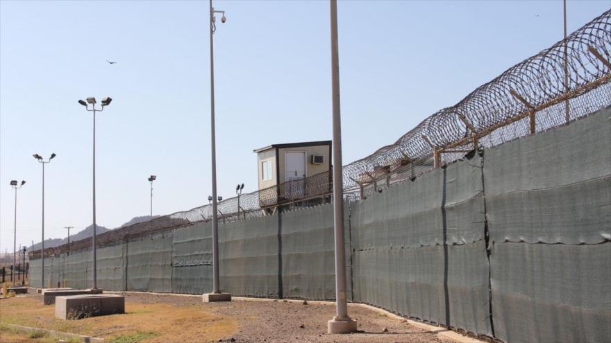 Una torre de guardia en la base naval estadounidense de Guantánamo, Cuba, 26 de enero de 2017. (Foto: AFP)