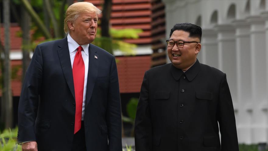 El presidente de EE.UU., Donald Trump, y el líder norcoreano, Kim Jong-un, hablan al margen de la cumbre de Singapur, 11 de junio de 2018. (Foto: AFP)