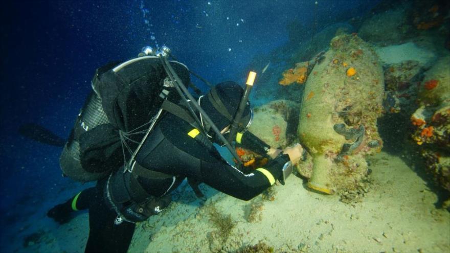 Arqueólogos hallan restos de barcos antiguos en el mar Egeo | HISPANTV