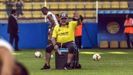 Vídeo: Artrosis en la rodilla le impide a Maradona caminar