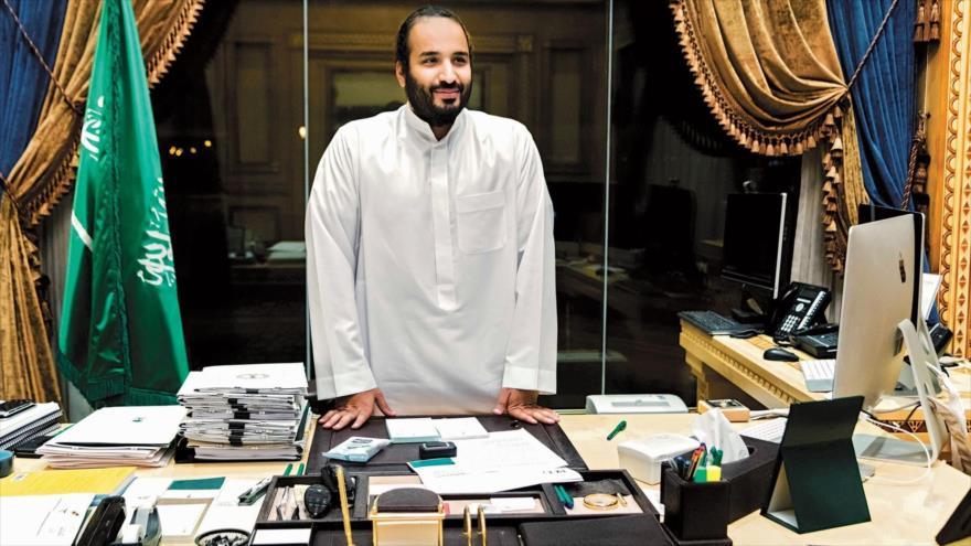 El príncipe heredero saudí, Mohamad bin Salman Al Saud, posa para la cámara en su despacho en Riad, la capital saudí.