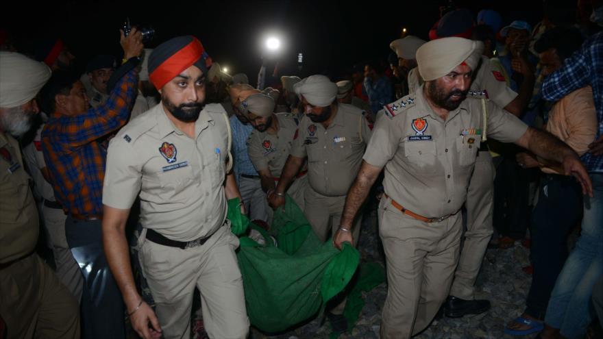 Un tren atropella a una multitud en La India y mata a 55 personas | HISPANTV
