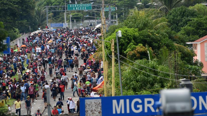 Migrantes cruzan frontera Guatemala-México, huyen de policías