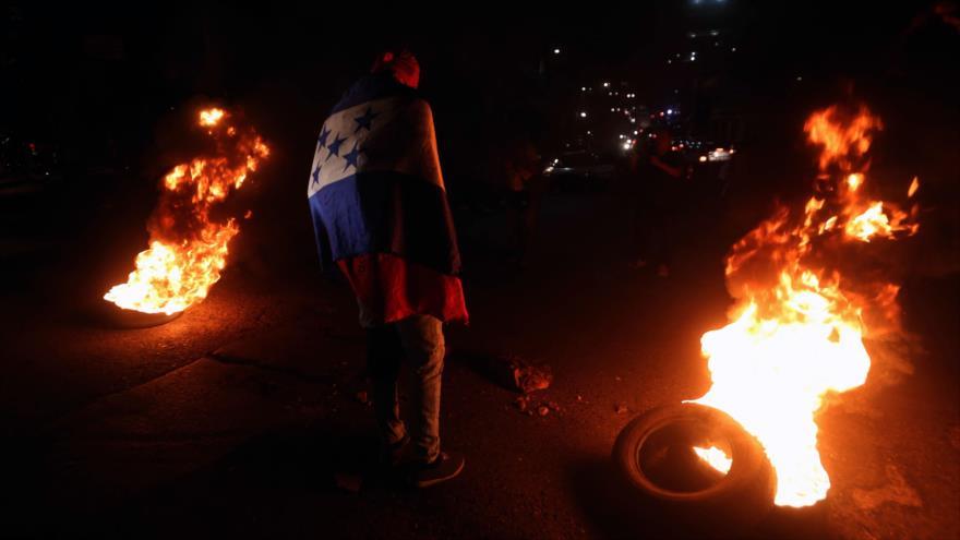 Hondureños queman bandera de EEUU en solidaridad con migrantes