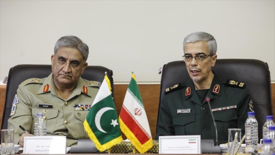 El jefe del Estado Mayor de las Fuerzas Armadas de Irán, Mohamad Hosein Baqeri (dcha.), y el jefe del Ejército de Paquistán, el general Qamar Yaved Bajwa.