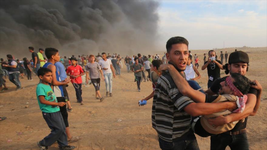 Un manifestante palestino herido por los disparos israelíes en los límites de Gaza y los territorios ocupados, 5 de octubre de 2018. (Foto: AFP)