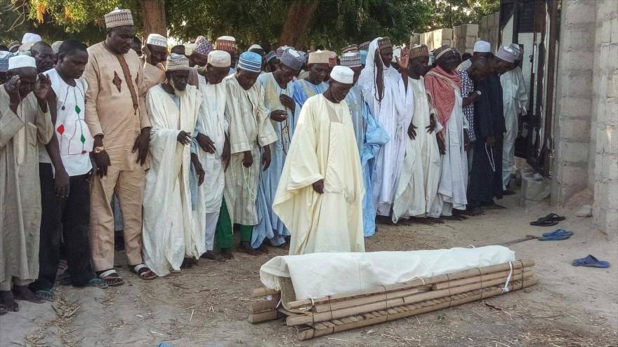 Funeral de un campesino asesinado por la banda takfirí Boko Haram en Kalle, en el estado nigeriano de Borno, 20 de octubre de 2018. (Foto: AFP)