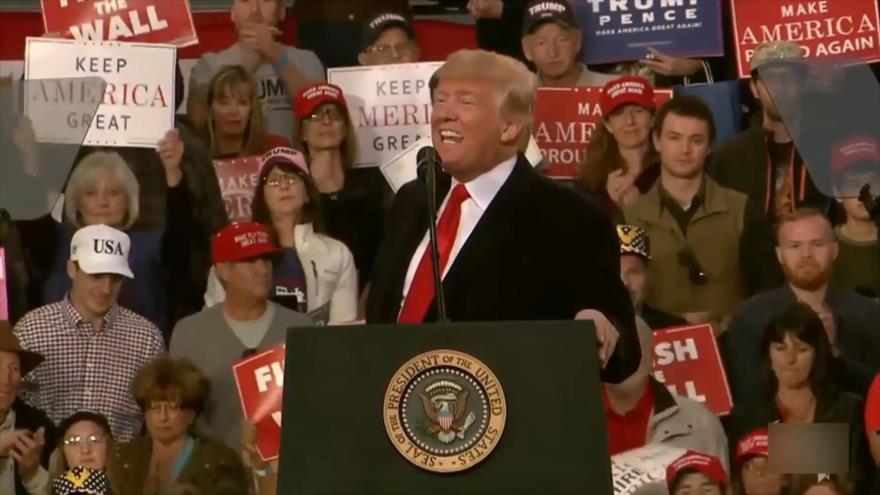 Trump echa lodo sobre caravana y se beneficia políticamente
