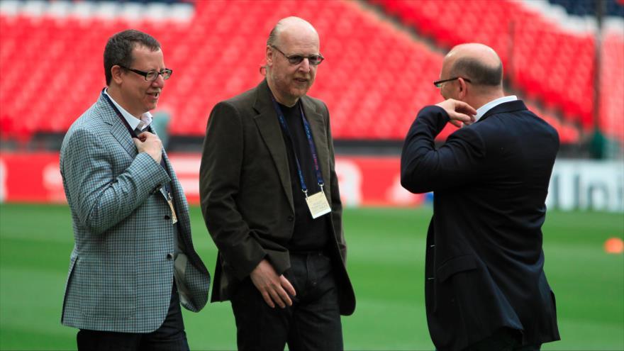 Avram Glazer (centro), uno de los propietarios del club británico Manchester United.
