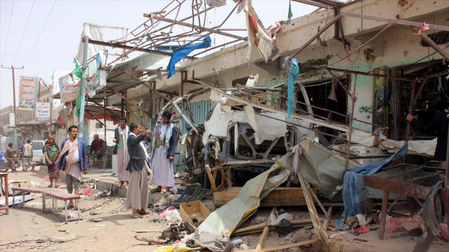 Un autobús destruido en un ataque de Arabia saudí en la provincia de Saada, 10 de agosto de 2018. (Foto: AFP)