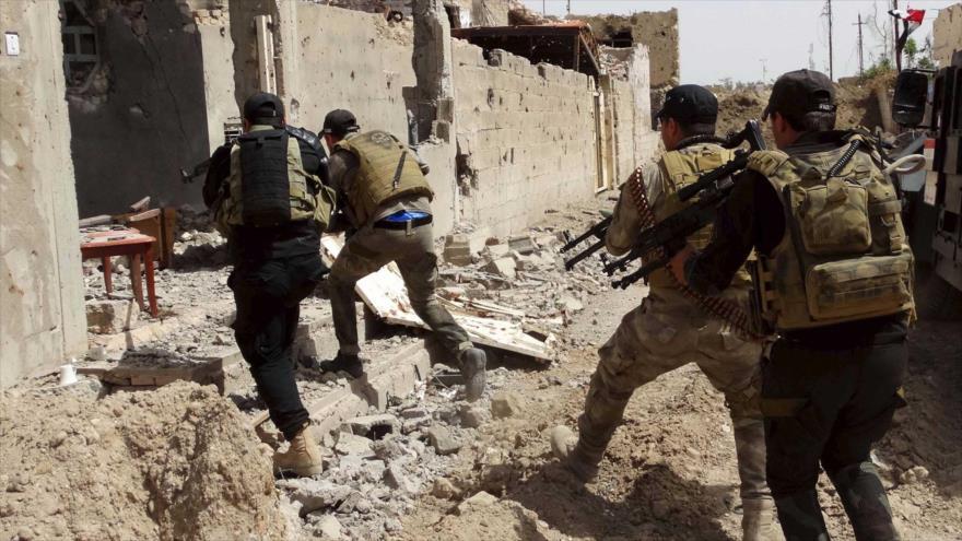 Miembros de las fuerzas de seguridad de Irak toman por asalto un refugio del grupo terrorista EIIL.