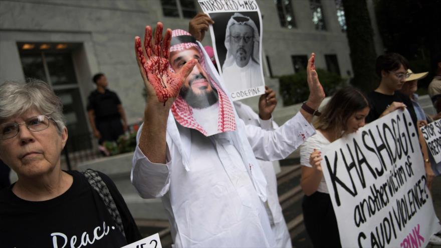 Manifestantes portan fotos de Khashoggi y Muhamad bin Salman Al Saud, frente a la embajada saudí en Washington, 10 de octubre de 2018. (Foto: AFP)