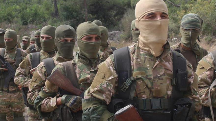 Integrantes de la alianza terrorista Hayat Tahrir Al-Sham en la provincia siria de Idlib.
