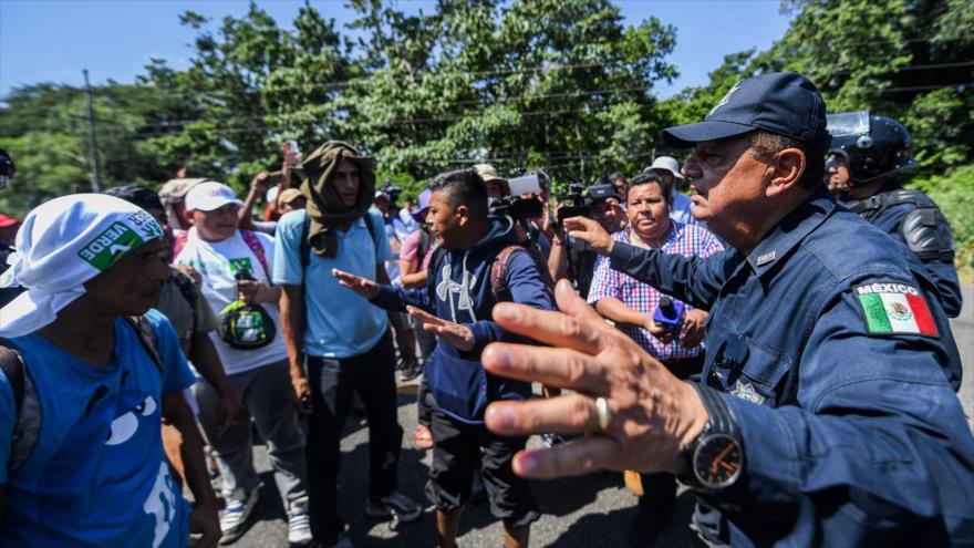 Policía Federal de México conversa con migrantes hondureños que se dirigen en una caravana a Estados Unidos, 21 de octubre de 2018. (Foto:AFP)