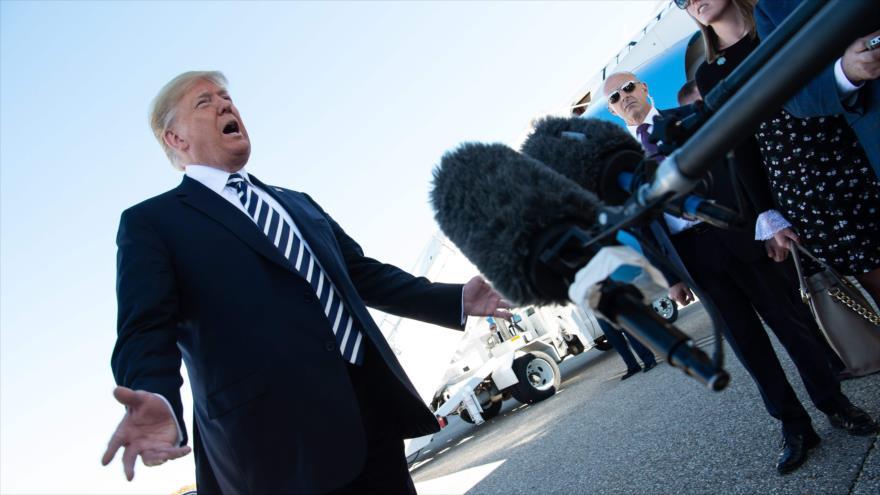 El presidente de EE.UU., Donald Trump, habla con los reporteros después de un mitin de campaña en Nevada, 20 de octubre de 2018. Foto:AFP