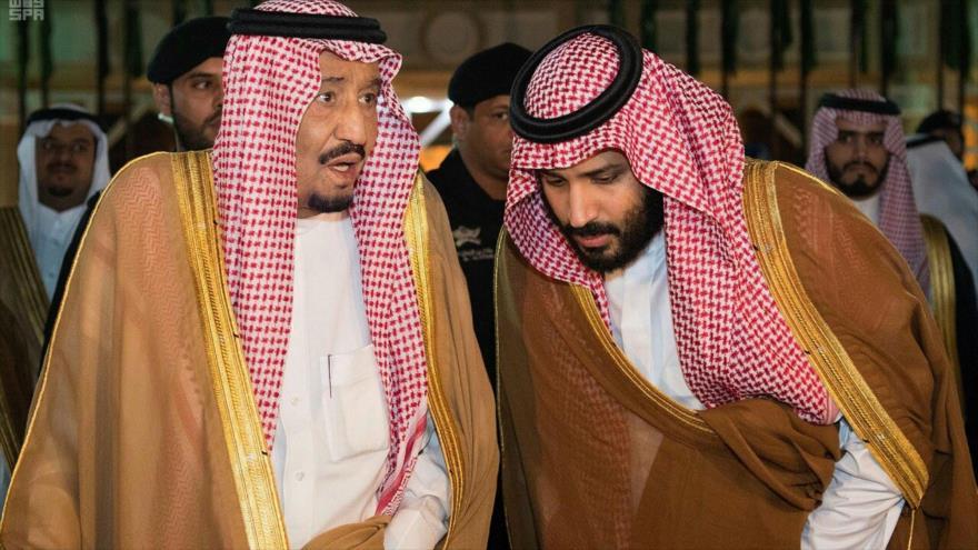 El rey saudí, Salman bin Abdulaziz Al Saud (izda.), y el príncipe heredero saudí, Muhamad bin Salman, en Riad, noviembre de 2017.