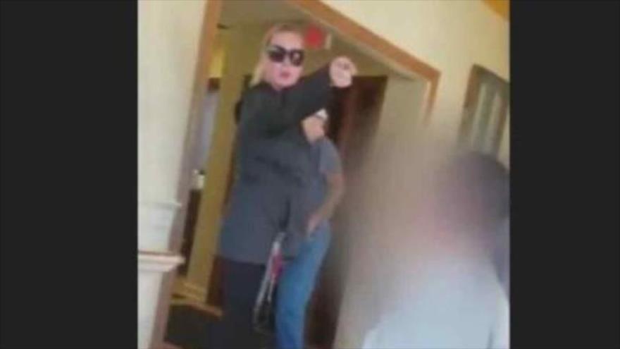 Una mujer estadounidense ataca a una familia por hablar español
