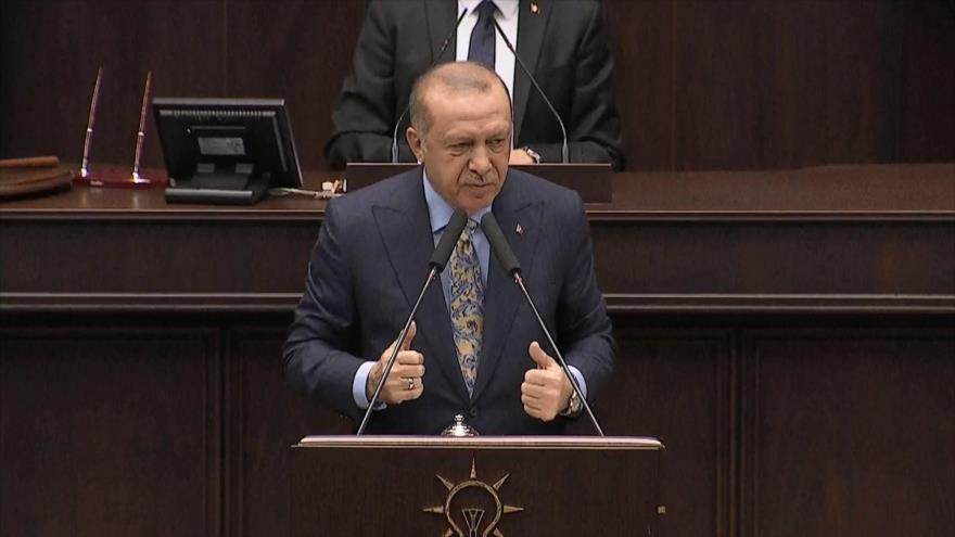 El presidente de Turquía, Recep Tayyip Erdogan, ofrece un discurso en el Parlamento, 23 de octubre de 2018.