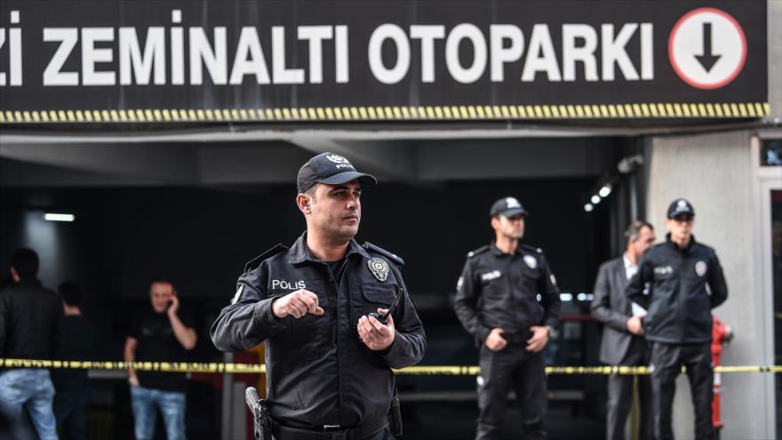 La Policía turca investiga un estacionamiento subterráneo en Estambul, donde fue hallado un vehículo diplomático saudí, 22 de octubre de 2018.