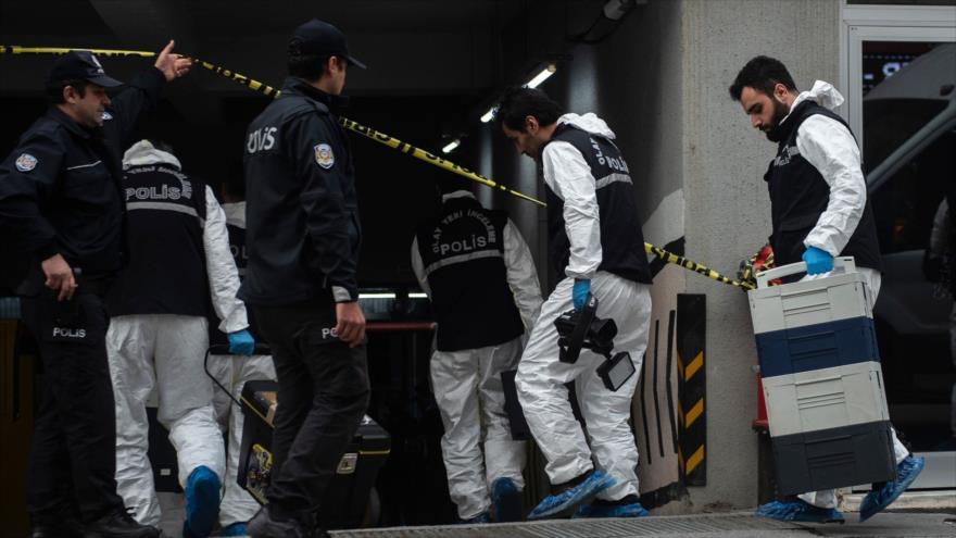 Forenses turcos llegan al lugar donde se ha encontrado un automóvil perteneciente al consulado saudí, Estambul, 23 de octubre de 2018. (Foto: AFP)