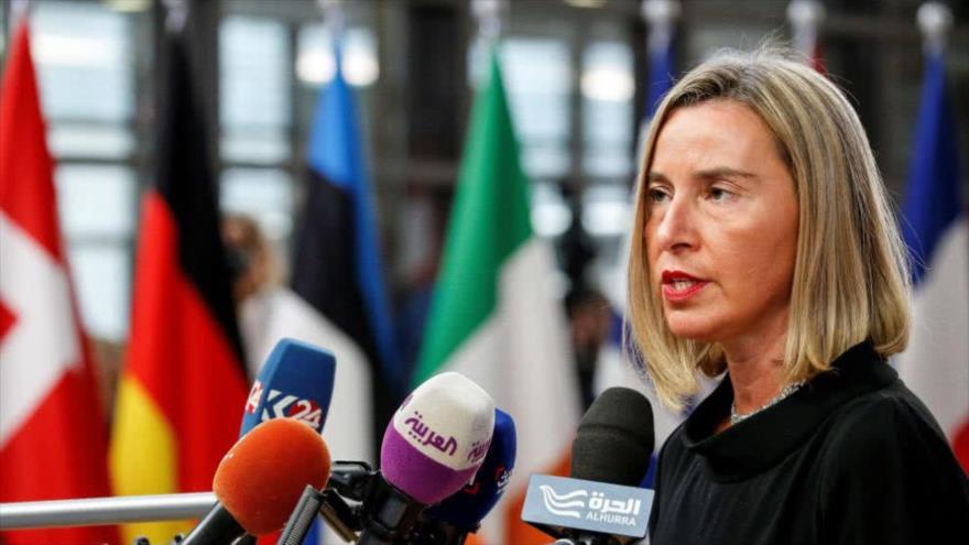 La alta representante de la UE, Federica Mogherini, atiende a la prensa en Bruselas, la capital política europea.
