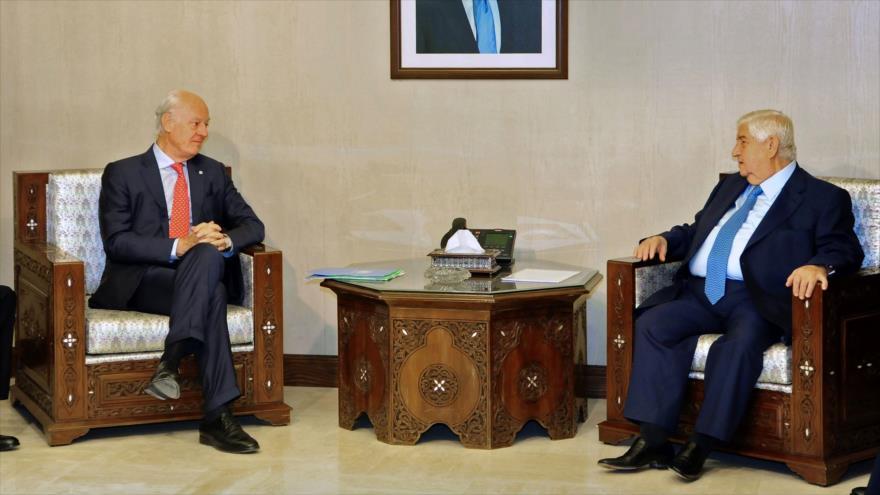 El enviado especial de la ONU para Siria, Staffan de Mistura (izda.), y el canciller sirio, Walid al-Moalem, Damasco, 24 de octubre de 2018. (Foto:SANA)
