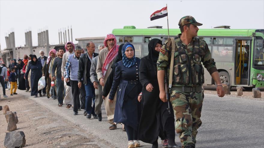 Fuerzas sirias acompañan a los refugiados sirios que cruzaron el cruce de Abu Duhur en Idlib, 23 de octubre de 2018.(Foto:AFP)