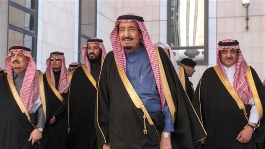 El rey de Arabia Saudí, Salman bin Abdulaziz Al Saud (primer plano), y su príncipe heredero, Muhamad bin Salman (a su izquierda), en un acto público.