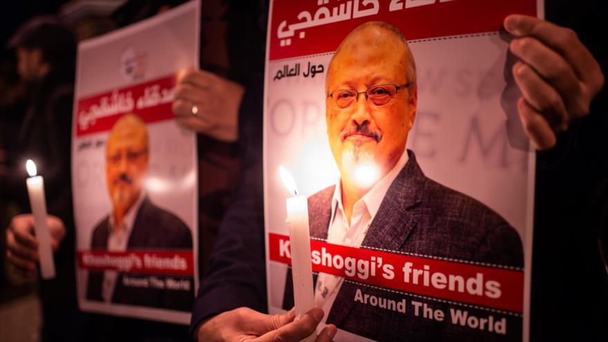 Los manifestantes turcos sostienen carteles que representan al periodista saudí Jamal Khashoggi, 25 de octubre de 2018. (Foto: AFP)