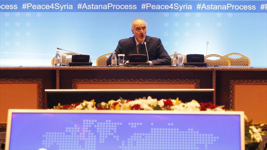 El embajador sirio ante la ONU, Bashar al-Yafari, habla en una reunión en Astaná (capital kazaja), 15 de mayo de 2018. (Foto: AFP)