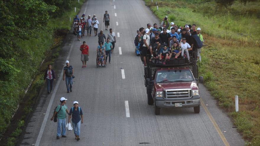 Los migrantes que se dirigen en caravana a EE.UU. viajan a pie o en vehículos en Mapastepec hacia Chiapas, México, 25 de octubre de 2018. (Foto: AFP)