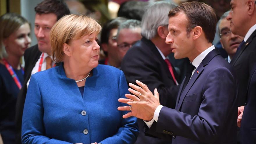 El presidente francés, Emmanuel Macron (dcha.), y la canciller alemana, Angela Merkel, reunidos en acto oficial en Bruselas, 17 de octubre de 2018. (Foto: AFP).