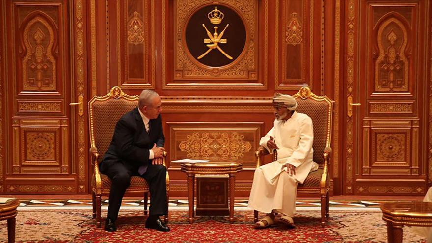 El premier israelí, Benjamín Netanyahu (izda.), se reúne con el rey de Omán, el sultán Qabus bin Said, en Seeb, 26 de octubre de 2018 (Foto: AFP).