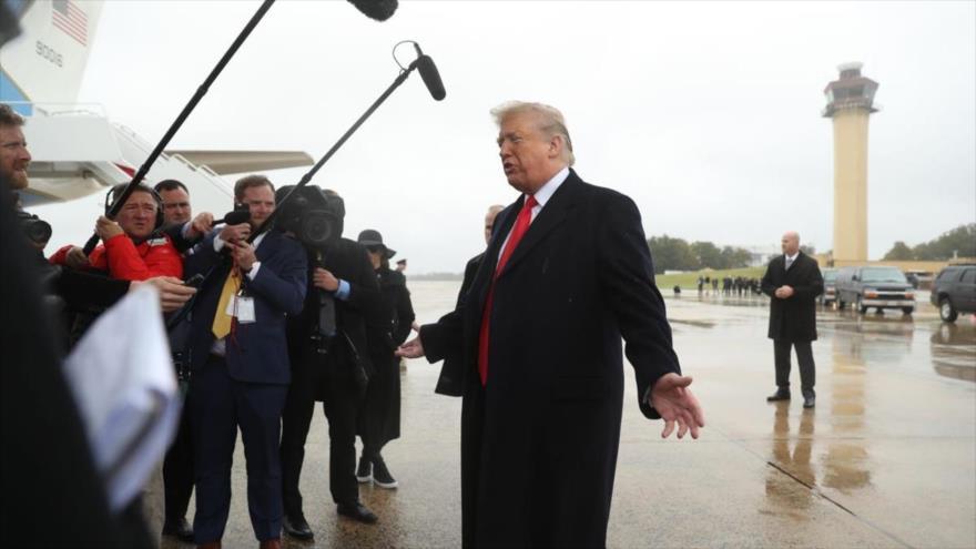 El presidente estadounidense, Donald Trump, habla a la prensa antes de dirigirse a un mitin en Indianápolis, 27 de octubre de 2018. (Foto: AP)