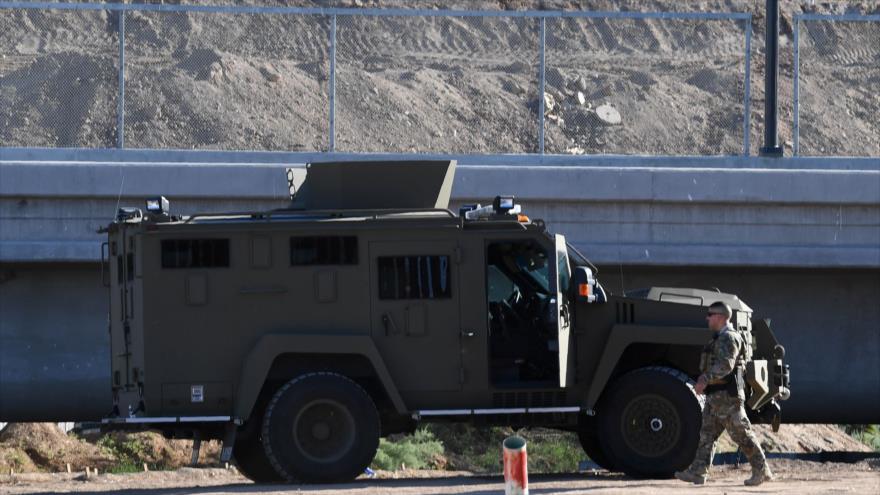 Un vehículo militar del Ejército estadounidense estacionado cerca de la valla fronteriza con México en Calexico, California, 26 de octubre de 2018.