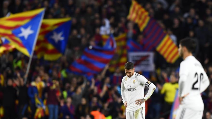 El defensor del Real Madrid Sergio Ramos (izq.) tras un gol del Barcelona en el partido 'El Clásico', Estadio Camp Nou, 28 de octubre de 2018. (Foto: AFP)