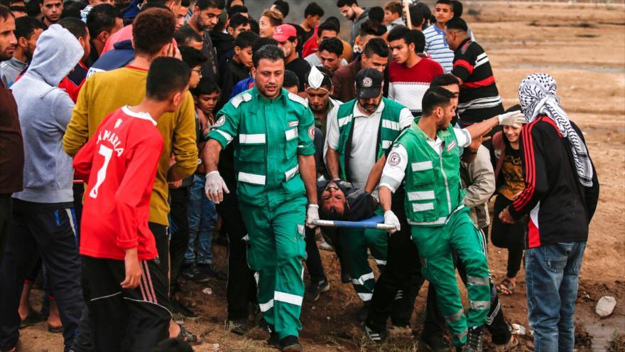 Trasladan a un hombre herido por disparos israelíes en la Marcha del Retorno en Gaza, 26 de octubre de 2018. (Foto: AFP).