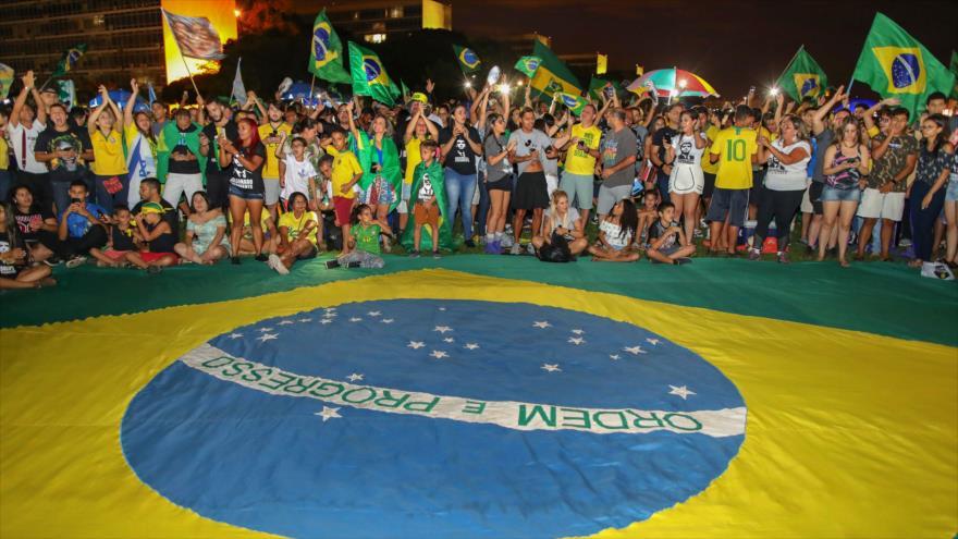 Brasileños celebran la victoria de Jair Bolsonaro en las elecciones presidenciales, 28 de octubre de 2018. (Foto: AFP)