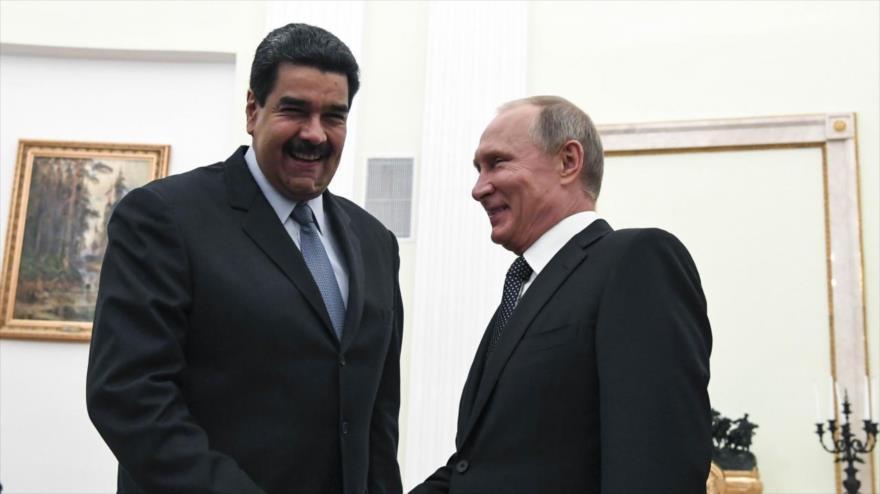 El presidente ruso, Vladímir Putin (dcha.), reunido con su homólogo venezolano, Nicolás Maduro, en Moscú, Rusia, 4 de octubre de 2017.
