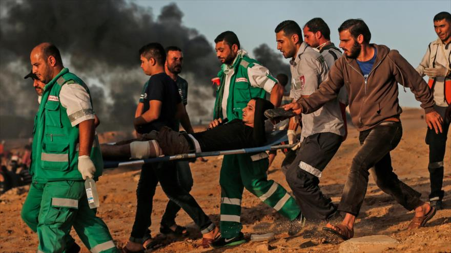 Llevan a un palestino herido en una protesta cerca del valle fronterizo, Beit Lahia, Gaza, 29 de octubre de 2018. (Foto: AFP)