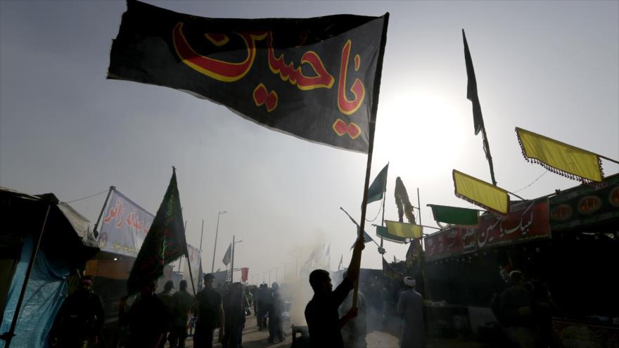 Iraníes ondean banderas en un punto fronterizo cerca de Irak, mientras se dirigen hacia Karbala para conmemorar Arbaín, 28 de octubre de 2018, (Foto: AFP)