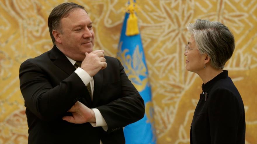 Ministra de Exteriores de Corea del Sur, Kang Kyung-wha y secretario de Estado de EE.UU., Mike Pompeo, Seúl, 7 de octubre 2018. (Foto: AFP)
