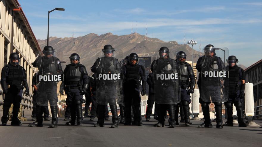 Vídeo: Policía de EEUU realiza maniobra ante llegada de migrantes